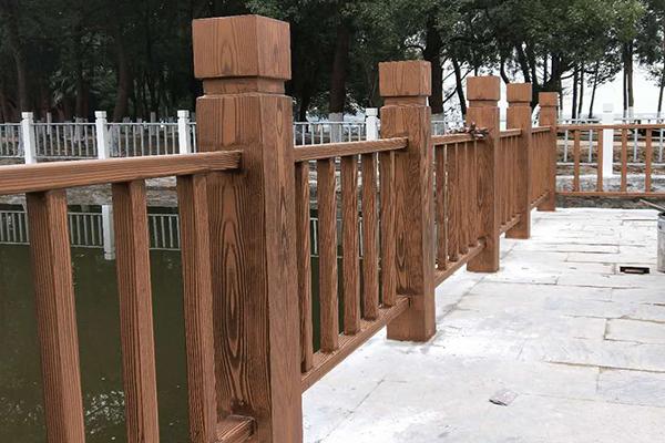 湖北洪山区青化路白玉公园镀锌管+混凝土护栏仿