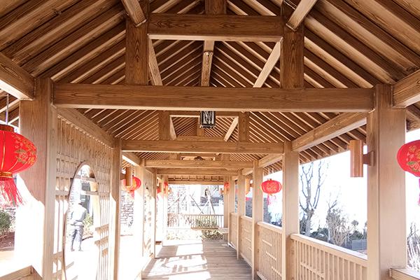 云南大理阳光钢构长廊仿木纹漆施工案例